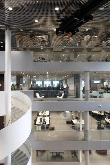 Rem Koolhaas kann auch ganz normal: eine Wendeltreppe über mehrere Geschosse, in einem Stück geschweisst