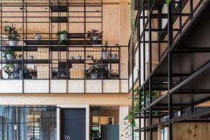 Die beweglich befestig-ten Regale gehen die Ausdehnungen der Holzkonstruktion locker mit