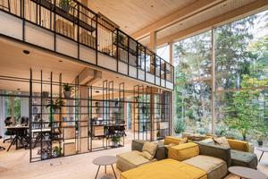 Das großen Nordfenster erlaubt eine freie Sicht in den angrenzenden Wald