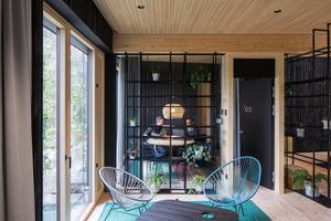 Durch die geschickte Raumteilung integrieren sich auch die gläsernen Besprechungsräume wie selbstverständlich
