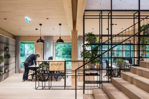 Vom Empfang führt eine breite Treppe in die offene Bürolandschaft