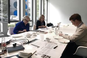 """<h2>DBZ HeftpartnerInnen</h2><div class=""""Fliesstext""""></div><div class=""""Fliesstext"""">Barbara Possinke und Silke Lange (v.l.) von RKW Architektur diskutierten mit Benedikt Kraft (hinter der Kamera) und Mariella Schlüter (rechts) von der DBZ-Redaktion bei allen Projekten über den Grad der Sanierung und inwieweit in den Bestand eingegriffen bzw. er """"in Ruhe"""" gelassen wurde</div>"""