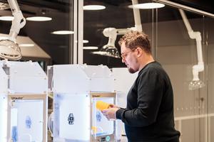 Aufgrund vieler Computer- sowie anderer technischer Arbeitsplätze, wie hier an den 3D-Druckern, war Tageslicht auf der 1. Etage in vielen Bereichen bewusst nicht gewollt