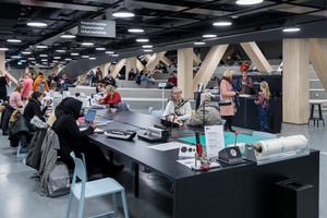 Im nahezu fensterlosen ersten Obergeschoss findet man unter anderem die so genannten Urban-Work-Spaces. Jeder und jede kann sich beispielsweise einen Platz an einer der Nähmaschinen oder einem Laser-Cutter reservieren lassen
