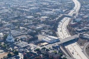 """Das Luftbild (Blick von Norden) verdeutlicht die Insellage des """"HolLA Campus Second Home"""" im Siedlungsmoloch LA"""