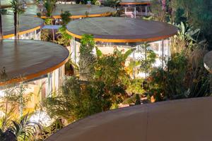Arbeiten von 8 bis 16Uhr? In LA sowieso nicht, bei Second Home darf man auch in der Nacht die Lichter zum Arbeiten einschalten (Blick auf die Dachfolien auf den Dächern aus Brettsperrholz)