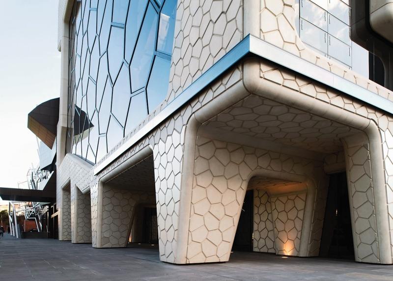 Die Fassade Besteht Unter Anderem Aus Fiberglass Bewehrten Betonpaneelen,  Beschichtetem Stahl Und Bronzefarben Getöntem Glas