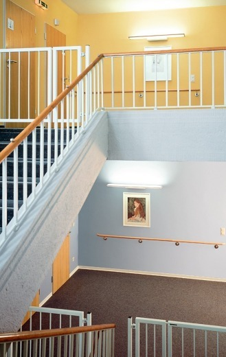 Links: Patientenzimmer In Warmen Farben Sowie Direkter Und Indirekter  Beleuchtung Rechts: Die Unterschiedliche Farbgestaltung