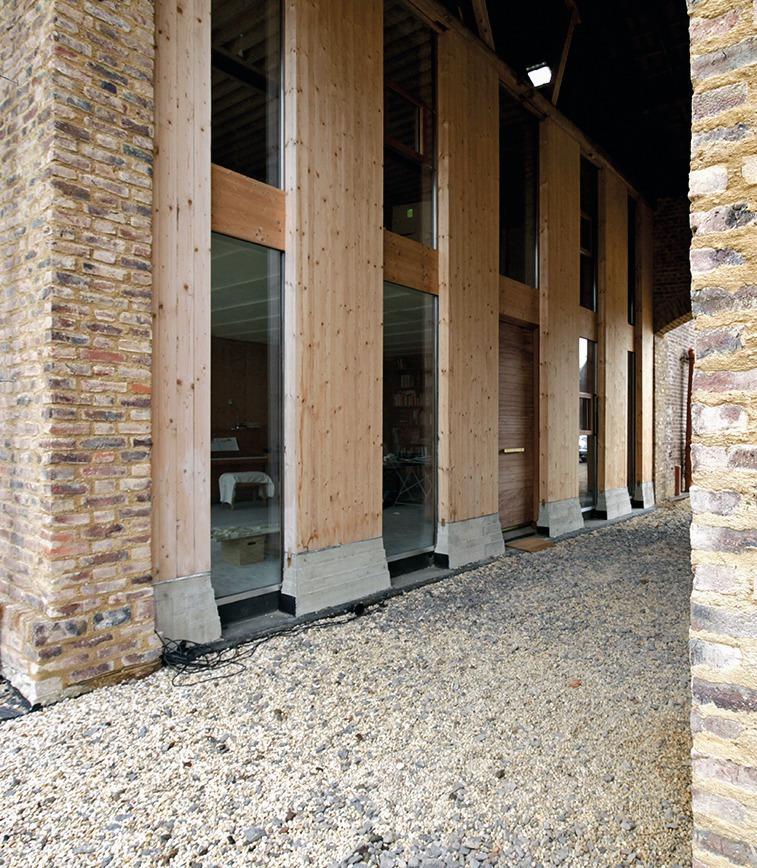 Die Neuen Wände In Den Durchfahrten Sind Vollholzbalken, Die Auf  Gestalteten Betonsockeln Aufstehen
