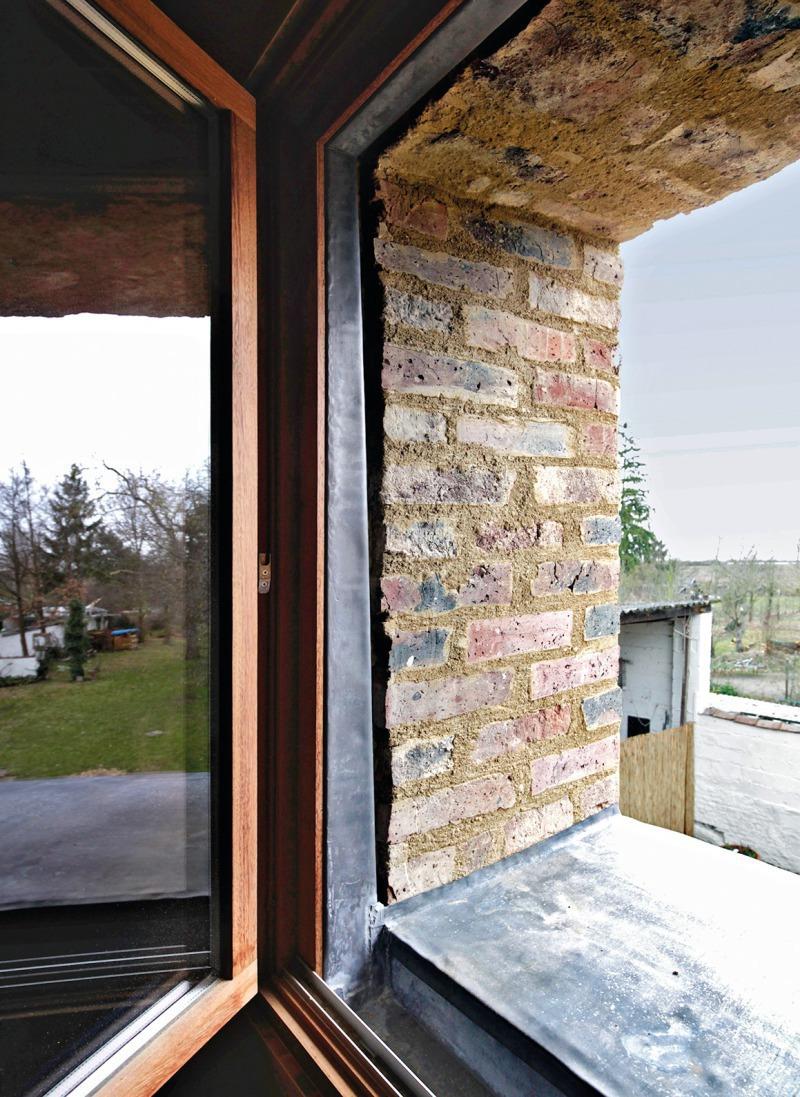 Die Neigung Der Wand (hier Gartenseite) Musste über Unterputz Und  Verbleiungsarbeiten Am Fenster Ausgeglichen