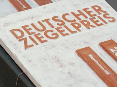 Keramikplakette-fuer-die-Preistraeger-des-Deutschen-Ziegelpreises-2019