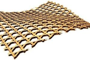 """<div class=""""10.6 Bildunterschrift"""">Die Dachkonstruktion gipfelt in einer Höhe von 77m und hat eine Gesamtfläche von 8000m². Sie ist aus Holz gebaut und besteht aus sechseckigen Modulen, die dem Rohrgeflecht eines chinesischen Hutes ähneln sollen</div>"""