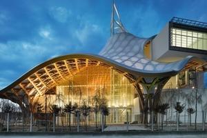 """<div class=""""5.6 Bildunterschrift"""">Bei dem Gebäude handelt es sich um eine weitläufige Struktur mit sechseckigem Grundriss, die von Galerien durchzogen wird</div>"""