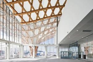 """<div class=""""16.6 Bildunterschrift"""">Im Inneren ist das Ambiente hell. Das Dach besteht aus hellem Holz, aus weiß gestrichenen Wänden und Strukturen und die Böden sind aus perlgrauem Beton, der poliert wurde</div>"""