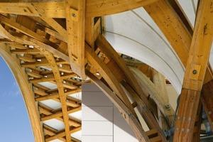 """<div class=""""10.6 Bildunterschrift"""">Die Dachstruktur ist mit einer wasserdichten Membran auf Glasfaser- und Teflon-Basis (PTFE oder Polytetrafluorethylen) beschichtet</div>"""
