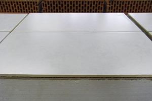 Ausreichende Haftung: Fliesen auf nur 5mm dickem Gipsputz<br />