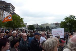 Rund zweihundert Anhänger des denkmalgeschützten Baus demonstrierten auf dem Hannoveraner Opernplatz