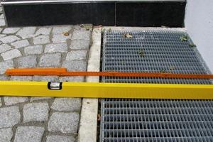 Bild2: Pflasterbelag angrenzend an einen Lichtschacht<br />