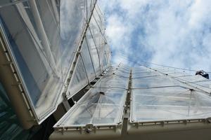 Einlagige ETFE Folienfassade bei Unilever (Behnisch Architekten mit formTL)<br />