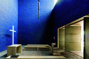 Der mit blauem Licht gefüllte Andachtsraum in München kann nach außen hin erweitert werden