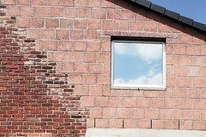 Alle Fenster erhielten eine ungetönte Dreifachverglasung. Trotzdem ist deren Spiegeleffekt auffallend stark. Der Türsturz samt kurzem Schutzdach ist keine neue Zutat, sondern eine Maßnahme aus den 1980ern<br />