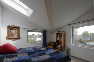 Bewusst wurde der Kehlbalken im Schlafraum sichtbar gelassen. Zudem wurde auch hier ein Dachflächenfenster platziert, welches den verhältnismäßig kleinen Raum sehr großzügig erscheinen lässt<br />