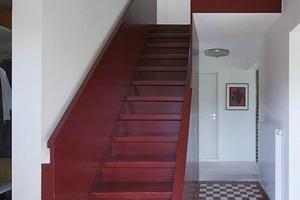 """Früher """"durchdrang"""" die Treppe förmlich den oberen Fußboden. Letzterer wurde im Bereich der Treppe nun zurückgebaut, so dass ein großzügiger Luftraum entstand<br />"""
