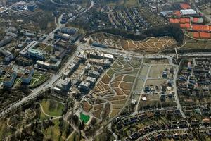 """Übergreifende Klammer: Mit ihrer Planung schaffen die Landschaftsarchitekten den Sprung über die mehrspurige Straße. Darüber hinaus verbindet der neue Grünzug Stuttgarts Parkanlagen, das """"Grüne U"""", zu einem Band"""