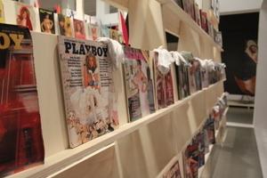 Aufgereiht stehen die Ausgaben zum Durchblättern bereit. Nur bis in die 1970er-Jahre, danach versschwand die Architektur aus dem Playboy