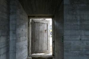 Öffnet man die alte Tür, blickt man auf das Konzerthaus