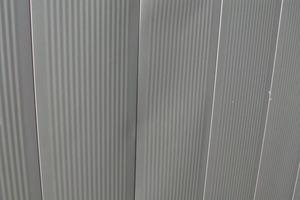 Bild1: Verwölbungen zweier Paneele unterhalb eines Fensters