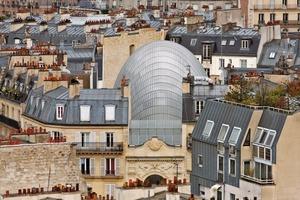 Renzo Piano erklärt seine Architektur mit dem Anliegen, die Stadt in das Bauwerk hineinfließen lassen zu wollen. Er sieht das neue Stiftungsgebäude aber auch ein bisschen wie eine schützende Arche Noah, in der die Reichtümer von Pathé für immer geschützt sein sollen, um die Geschichte des Kinos weiterleben lassen zu können