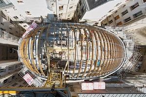 Die BSH-Bögen sind im oberen Bereich mit einer Fräsung versehen, die die Kabel der Beleuchtung aufnehmen, und als Fixierung der Abstandshalter der Glasunterkonstruktion dienen