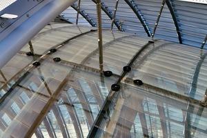 Der Sonnenschutz besteht aus perforierten Aluminiumlamellen. Der Abstand von 70cm zwischen der Isolierverglasung und der äußeren Hülle vereinfacht die Reinigung und Wartung der Fassade und hinterlüftet gleichzeitig die Aluminiumlamellen