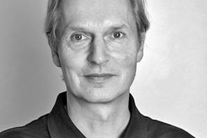 """<div class=""""fliesstext_vita""""><strong>Arnold Walz</strong><br /><br />Geboren 1953, studierte Arnold Walz Architektur und Stadtplanung an der Universität Stuttgart mit Schwerpunkt Baukonstruktion und Planungstheorie. Schon 1986 entwarf er gemeinsam mit Bernhard Gawenat parametrische Werkzeuge. Später entwickelte er als einer der ersten Architekten in Europa parametrisch-assoziative CAD−Modelle für die konstruktive Planung geometrisch anspruchsvoller Architekturentwürfe. 2006 gründete Arnold Walz zusammen mit Fabian Scheurer die Firma """"designtoproduction"""".</div>"""