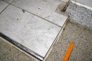 Bild 4: Übergang der Bodenbeschichtung mit Dichtstofffuge zu einem mit Fliesen belegten Bereich