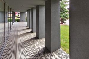 """<div class=""""9.6 Bildunterschrift"""">Den Wohnräumen wurde eine Veranda vorgeschaltet, die als halboffener Übergangsraum zwischen öffentlichem Raum (Straße) und privaten Wohnbereich vermittelt</div>"""