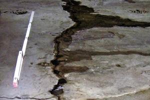 Bild 1: Wasserführender Trennriss in einer Bodenplatte