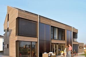 Die Südseite ist mit ihren großen Fenstern und den thermischen und photovoltaischen Solarmodulen aktiver und passiver Sonnenfänger zugleich