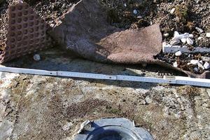 Bild8: Flüssigabdichtung beim Anschluss eines Dachablaufs