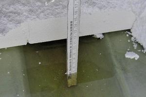 Bild7: Verformung der Dampfsperre durch die Last des Wassers zwischen zwei Rippen des Trapezprofils
