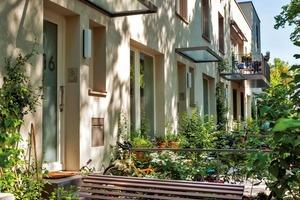 """<div class=""""4.1 Bildunterschrift"""">Die Eingänge liegen auf den Außenseiten des Gebäudekomplexes. Sie wurden individuell gestaltet und unterstützen so den fast dörflichen Charakter des Areals</div>"""