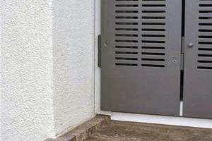 """<div class=""""4.1 Bildunterschrift"""">Für den Sonnenschutz wurden eigens Falter-Fensterläden aus Alumium entwickelt, womit Rollladenkästen und die damit verbundenen Wärmebrücken vermieden werden</div>"""