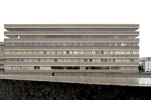 Der Blick auf die Südfassade offenbart die Stringenz der viele hundert Meter Länge messenden Fensterbänder. Sie sollten nach außen die Fließbandarbeiten innen abbilden