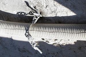 Bild7: Befestigung eines Kabelleerrohrs durch die Dichtungsschicht