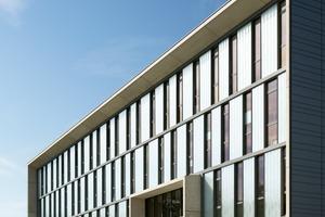 Der Barcode der Fassade ist ein Hinweis auf die dahinter liegende Raumstruktur. Für das schachbrettartige Fassadenspiel wurden die Bürotrennwände geschossweise versetzt