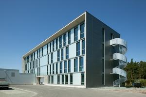 Die Profilglaselemente der vorgehängten Glasfassade auf der Gebäuderückseite in Süd-West-Richtung sind mit TWD und einer zusätzlichen Sonnenschutzfolie bestückt. Auf diese Weise konnte die Wärmedämmung auf 14 cm reduziert werden