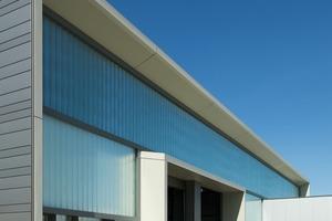 Bei den Werkstattfassaden wurde die Struktur aufgenommen, allerdings wurden hier die Profilglaselemente ineinander verschränkt verlegt