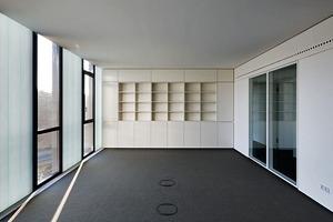 Durch den zusätzlichen Lichteintrag der transluzenten Profilglaselemente konnten schmale Fensterformate realisiert werden, die den Blick nach draußen ermöglichen