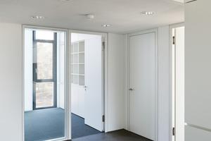 Die lichtdurchlässige Fassade sorgt für sehr viel Tageslicht bis in die Flurzonen hinein und minimiert den benötigten Kunstlichtanteil